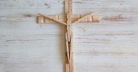 Cruz con pinzas de madera